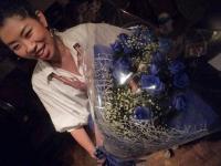 お客様から頂いた大量の青いバラの花束をもらいvo大野いずみさん