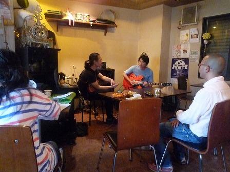 講師g村山義光とギター受講者