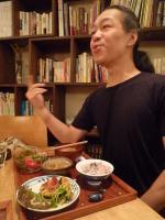 ネリkitchenの和ごはんセットを食べるg村山義光氏