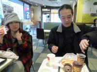 午前8時 東京都江戸川区小岩に到着。朝マック中のg村山義光氏と応援隊
