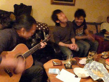 マスターとお客様とg村山義光氏フォークギターで熱傷中