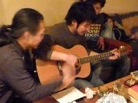 マスターにギター伝授中g村山義光氏