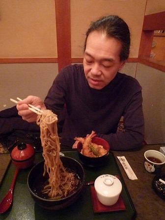 ライブ前に蕎麦を食べるg村山義光氏