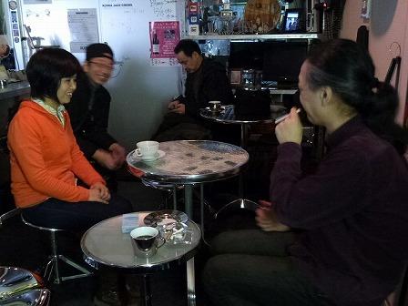 ボーカルとギタリストの受講者の方々とg村山義光講師