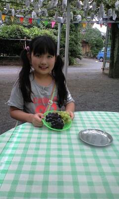 090809ブドウを食べる実織