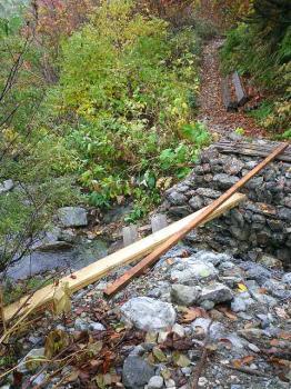幅 30センチの板の橋(!?)