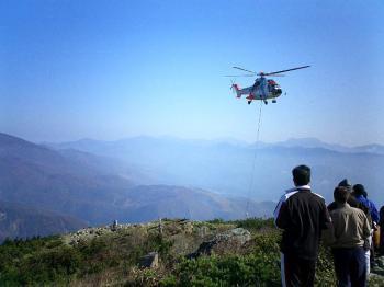 荷物を運ぶための ヘリコプター
