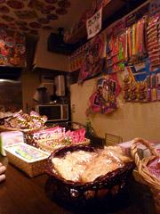 下通りの駄菓子屋的バー はーふ&はーふで童心にかえる!