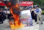 看板を燃やす韓国教員団体