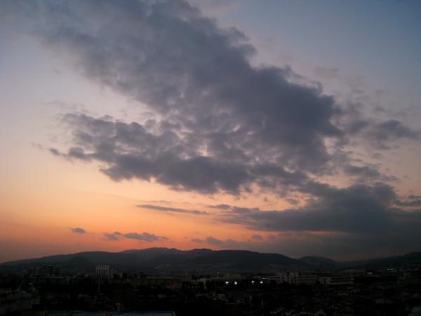 六甲山方面の残照の空(by IXY DIGITAL 910IS)
