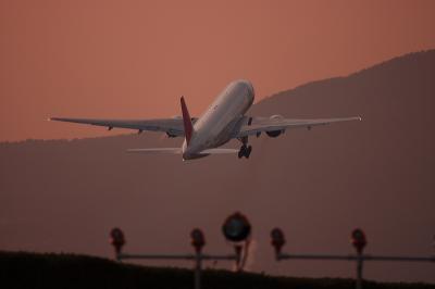 JAL B777-246 JL128@RWY32Rエンド・東水門付近(by EF100-400)