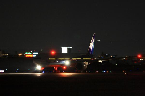 ANA B777-381 NH36@伊丹スカイパーク南駐車場(by 40D with EF100-400・手持ち)