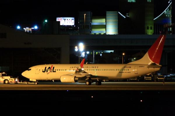 JAL B737-846@RWY14Rエンド(by 40D with EF100-400)