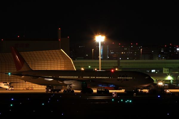 JAL B777-346@RWY14Rエンド(by 40D with EF100-400)