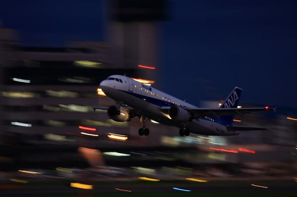 ANA A320 NH557@RWY14Rエンド(by 40D with EF100-400)