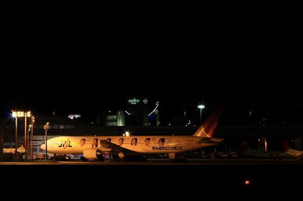 JAL B777-346生首号@RWY14Rエンド(by 40D with EF100-400&三脚)