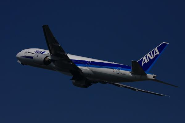 ANA B777-281 NH26@猪名川土手RWY14Rエンド付近(by 40D with EF100-400)