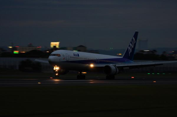 ANA B767-381 NH778@伊丹スカイパーク(by 40D with EF100-400手持ち)