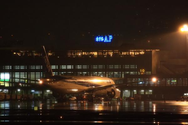 ANA B777-381@伊丹スカイパーク(by 40D with EF100-400&三脚)