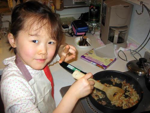 ちーちゃんが夕食のオムライス作り