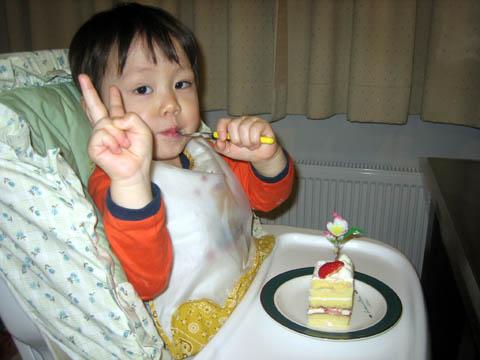 ケーキを食べて大喜びのゆーくん