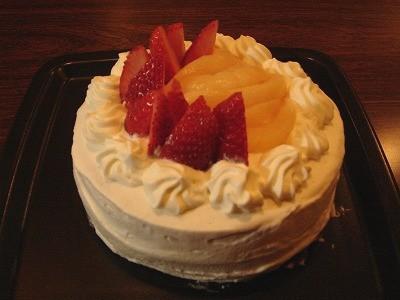 桃とイチゴのデコレーションケーキ