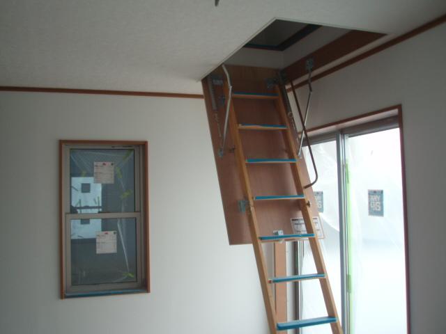屋根裏収納付き8帖程度の部屋