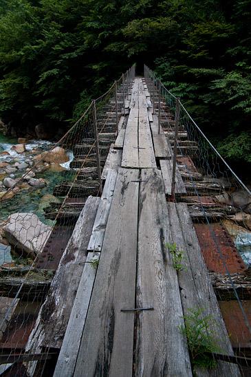 """阿寺渓谷橋""""></center><br /> 橋の上を渡ることができる。<br /> 向こう側の先はすぐに立ち入り禁止になっているものの、その先も踏み跡があったからまだ進んでいけそうではあった。<br /><br /><br /><br /><center><img src="""