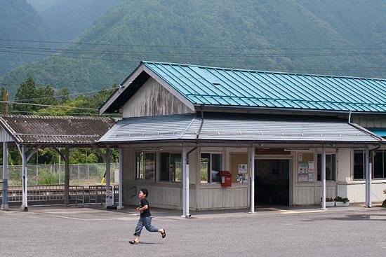 野尻駅駅舎と少年