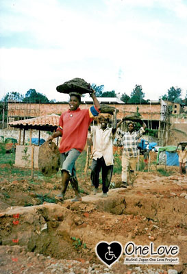 ルワンダみんなで土運び