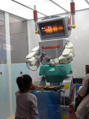 ルービックキューブロボットを凝視する第一子