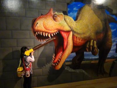 ティラノサウルスに食べられかけている第一子(ポッキースティックとともに)