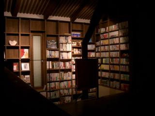 階段本棚照明