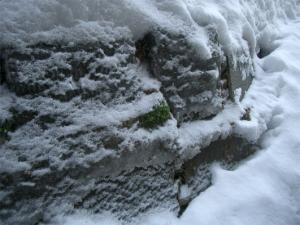 東側のり面の石積み-石アップ