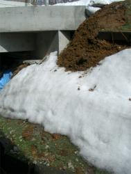 霜柱でゆるんだのり面が崩れる