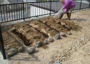 堆肥をスキ込む