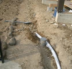 排水トレンチ内に有孔管設置