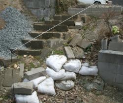 石階段横の土のう