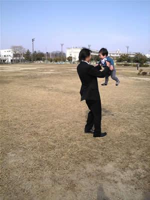 パパと芝生で。