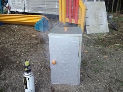 煙が出ている怪しい箱です
