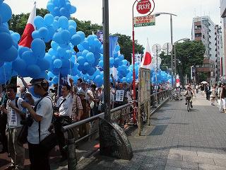 青い風船デモ
