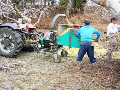 枝を砕いて、肥料を作るんだよ