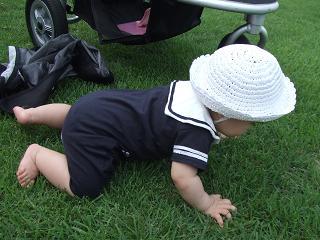 芝生でハイハイ