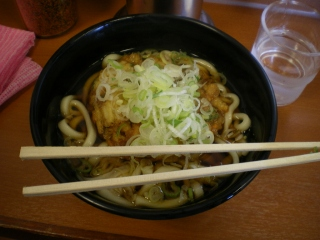 熱海駅4・5番線ホームにある蕎麦屋の天ぷらうどん
