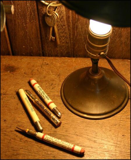 ヴィンテージのバレットペンシルと真鍮ライト