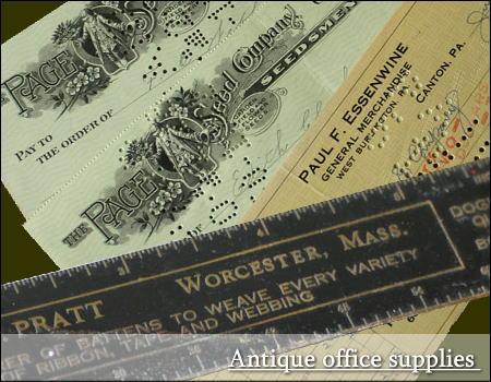 アンティークの小切手と真鍮製広告入りルーラー