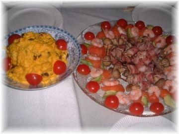 忘年会の料理bカボチャのサラダと、サーモンと海老の前菜・牡蠣のベーコン巻