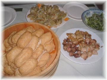 忘年会の料理c稲荷寿司、焼き鳥、ギョーザ