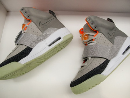 nike-air-yeezy-black-grey-fire-red-03.jpg