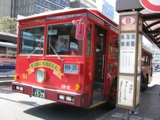 赤いバスはシートも赤かった。